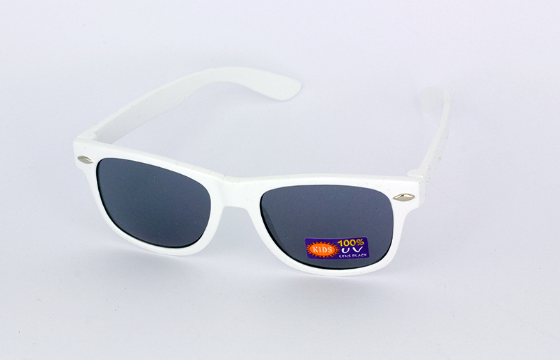 Kids sunglasses in white wayfarer look