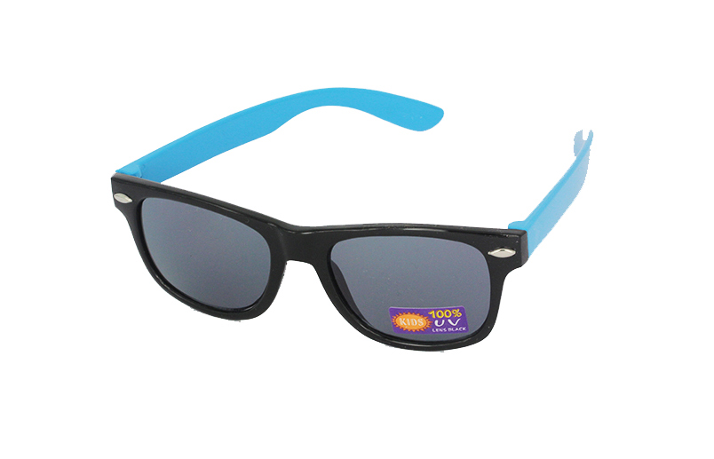 Sunglasses for children in black with blue arms
