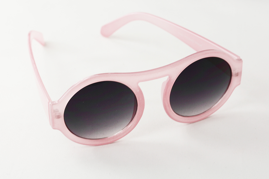 Large round sunglasses in pink. Slightly transparent design
